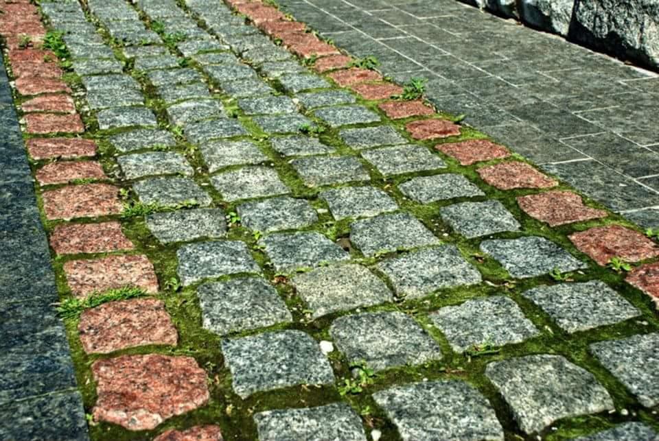 брусчатка на кладбище
